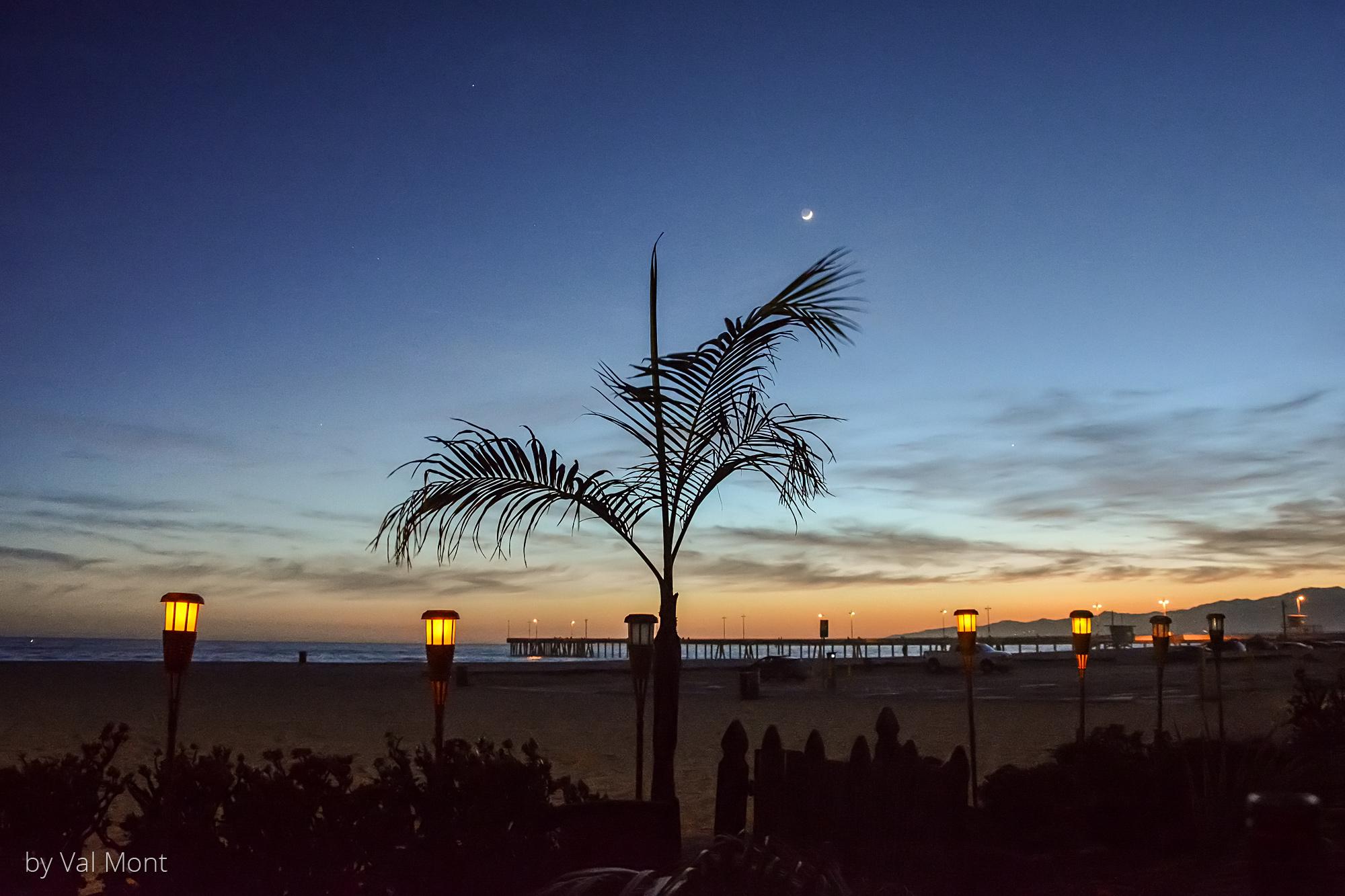 Venice Beach im späten Abendlicht, gesehen von einem der alten Häuser direkt am Strand. Der Blick geht über den Pier nach Nordwesten, Malibu.