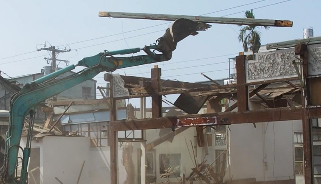近年來,台灣的建築以混凝土與鋼構為主,木結構與榫接技術已逐漸式微,W2接受委託,承接此木構建築拆除及保存的任務,不以破壞的方式打碎難得的工法痕跡,而是將保留每個結構元件作為首要目的,盡可能完整的分解樑柱系統,並一一整理分類。