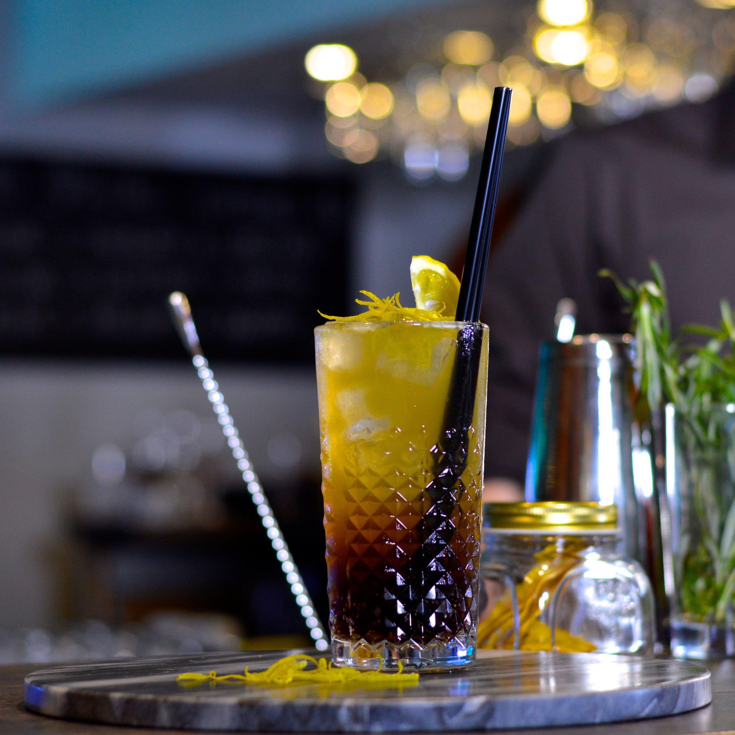 Long Island Drink - s trieborná tequila, vodka, gin, biely rum, cointreau, coca-cola a citrónová šťava. Kombinácia, ktorej je ťažké odolať.