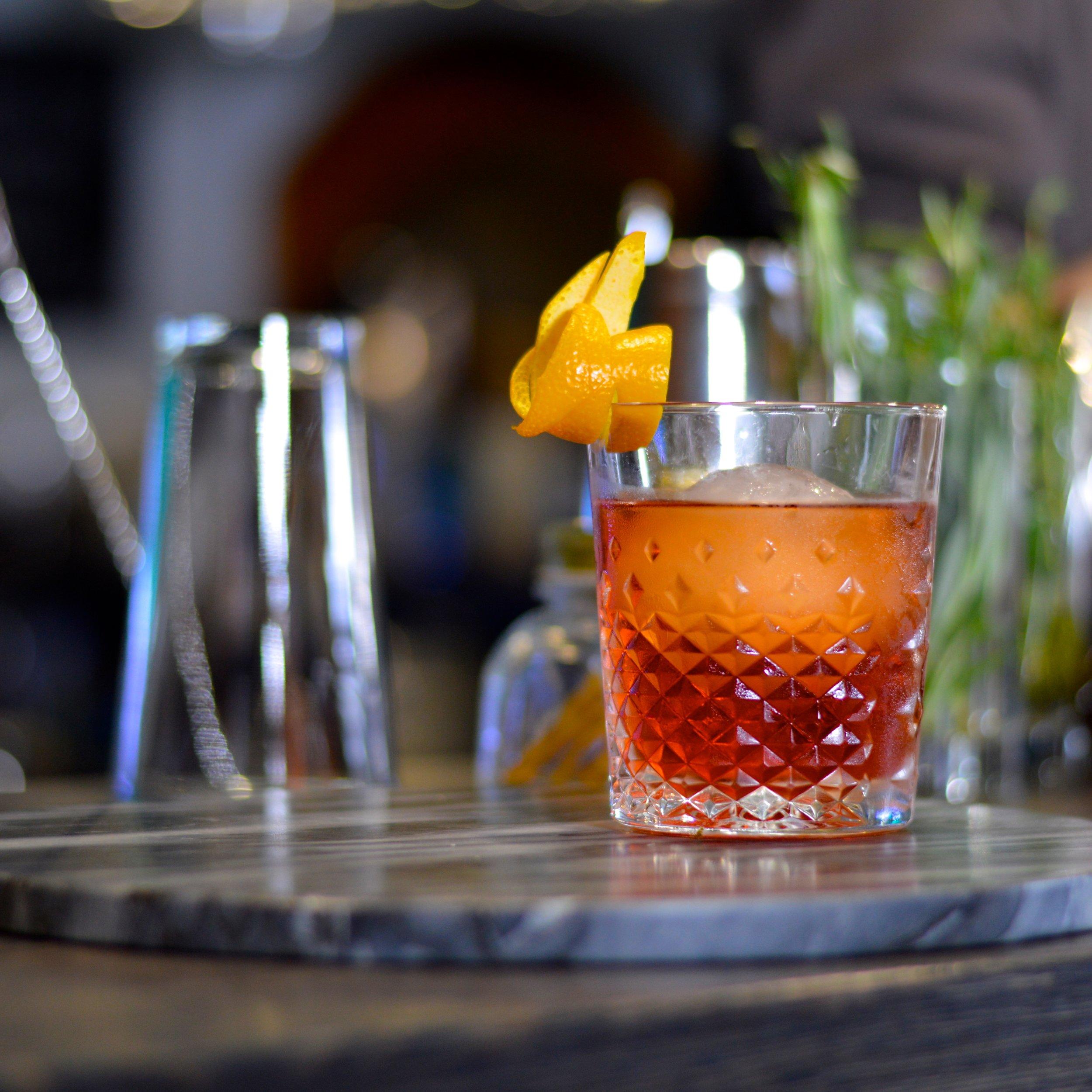 Negroni - k lasický kokteil, vyvážená kombinácia citrusového ginu, sladkého vermutu a horkého campari. Podávame na ľadovej guli.