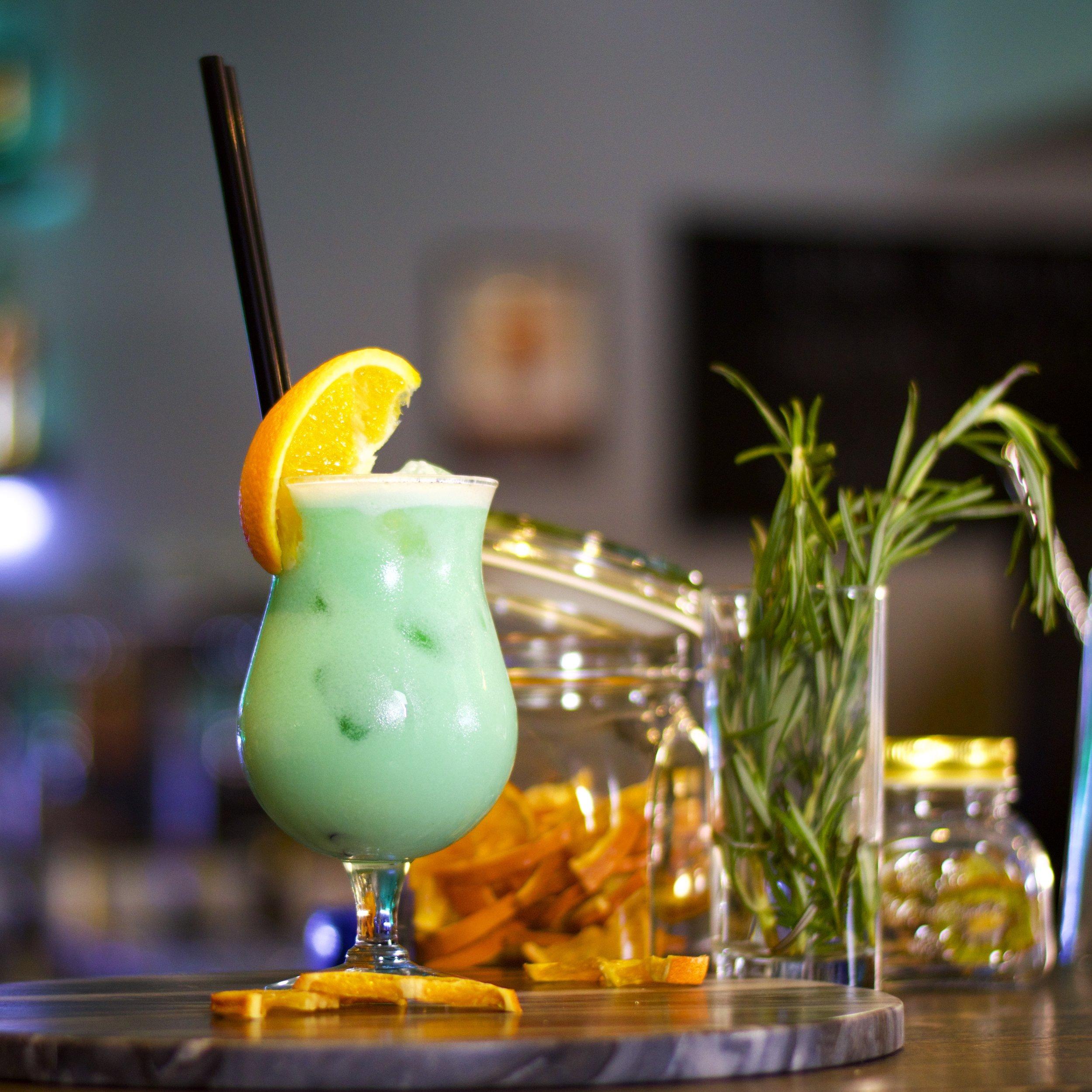 Swimming Pool - miešaný nápoj pripravovaný z bieleho rumu, vodky, likéru Blue curacao, ananásového džúsu, smotany a kokosového sirupu.