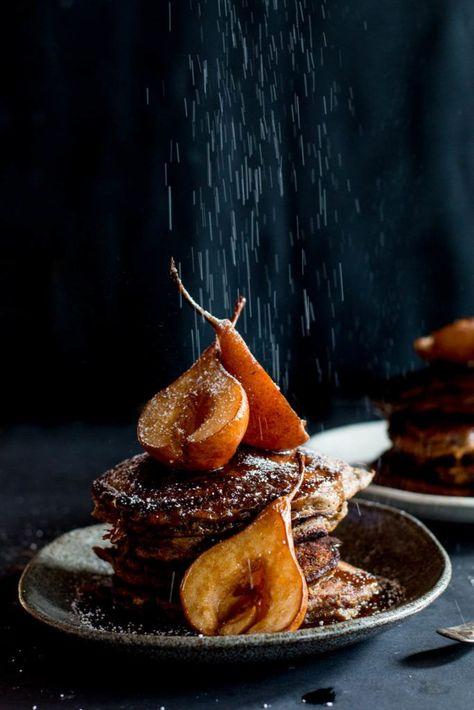 Zdroj: Pinterest / thebrickkitchen - datlové palacinky s karamelizovanými hruškami a škoricou, preliate s butterscotch sirupom