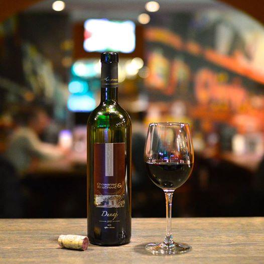 Tmavočervené harmonické víno plné ovocných tónov ležaním vo fľaši získava na svojej elegancii.