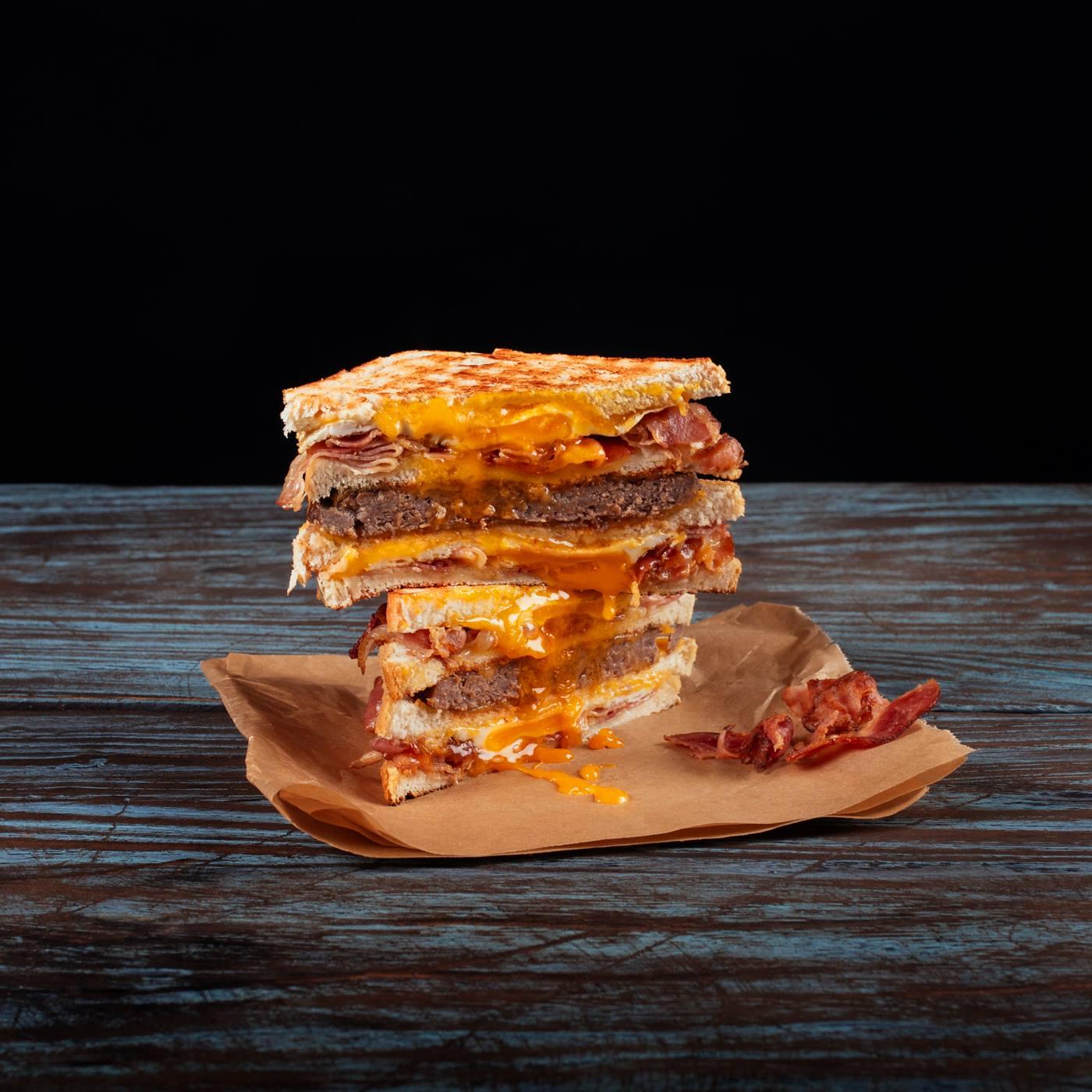 Ultimate Royal Sandwich v zložení 2 x egg&bacon sandwich, hovädzie mäso, cheddar a BBQ.
