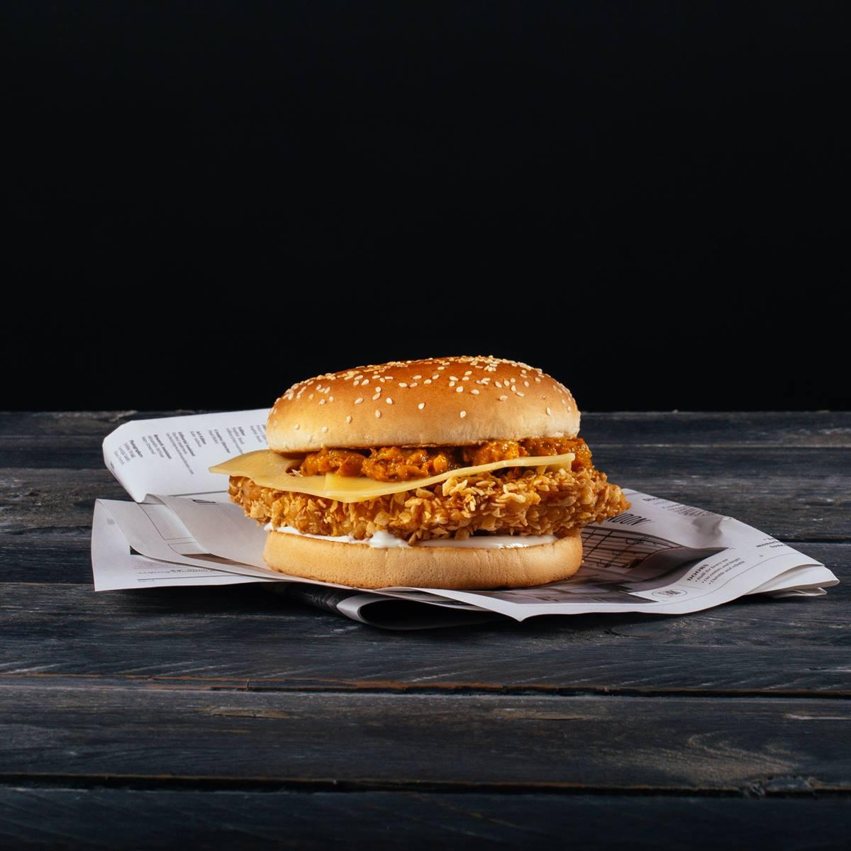 Papa T's kurací burger s ementálom, mango chutney a Ranch omáčkou.