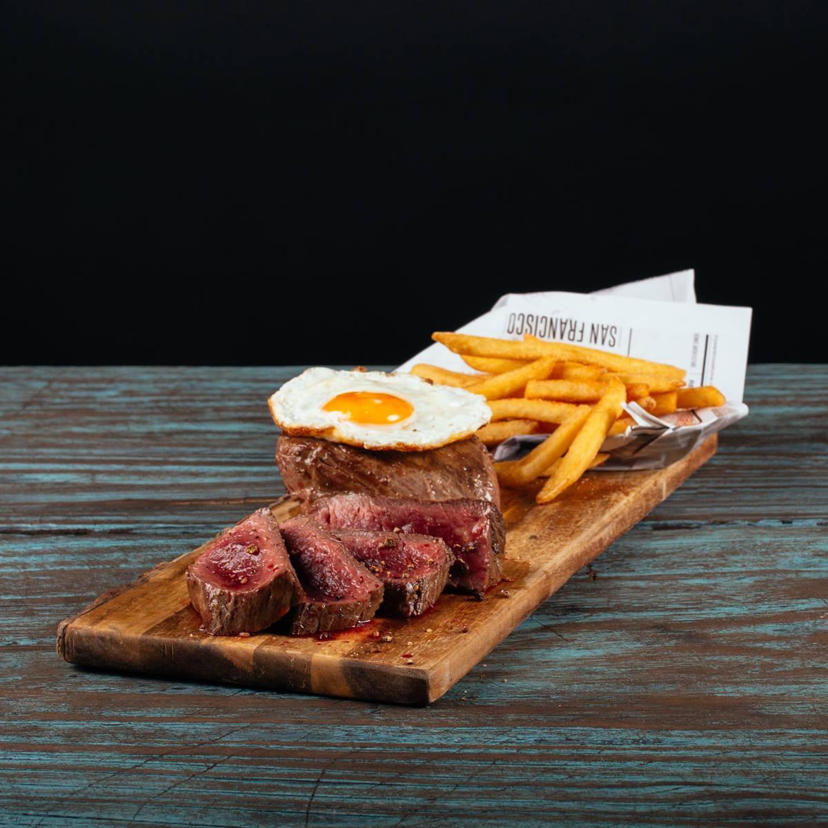 Hovädzí fillet steak s volským okom, americkými zemiakmi, BBQ omáčkou a čerstvým šalátom