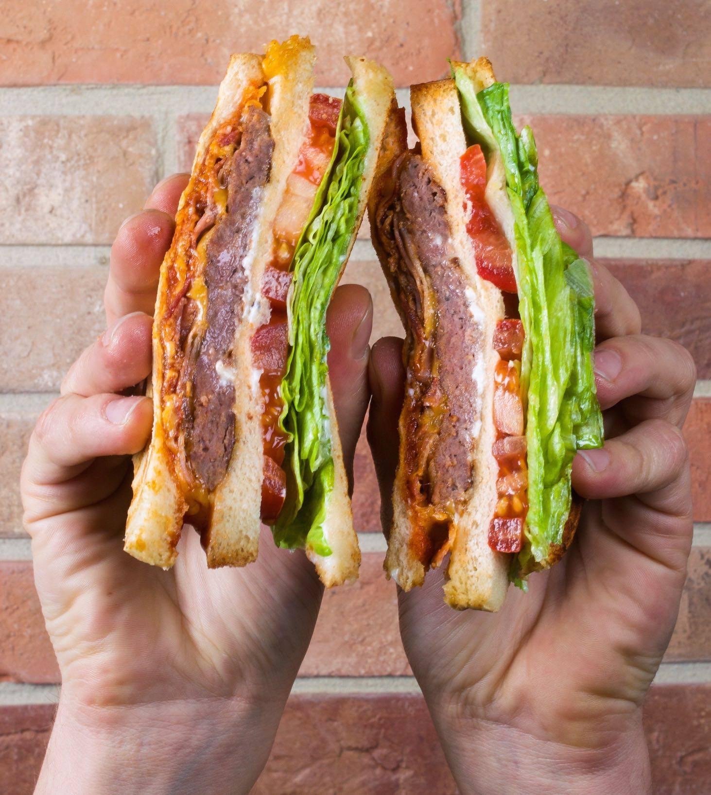 Royal sendvič s mäsom z daniela, dvojitým cheddarom, chrumkavou slaninou, paradajkou, ľadovým šalátom a BBQ omáčkou
