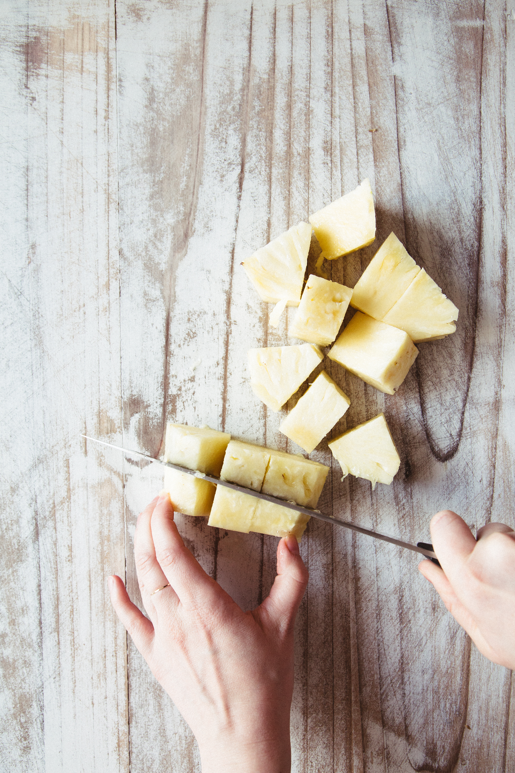 EATME_HOW-TO-CUT-PINEAPPLE_STEP-4-5.jpg