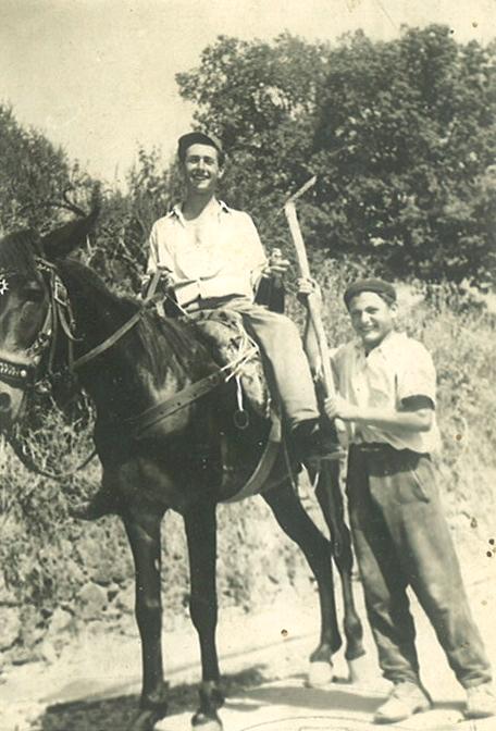 Martire a cavallo al paese.png
