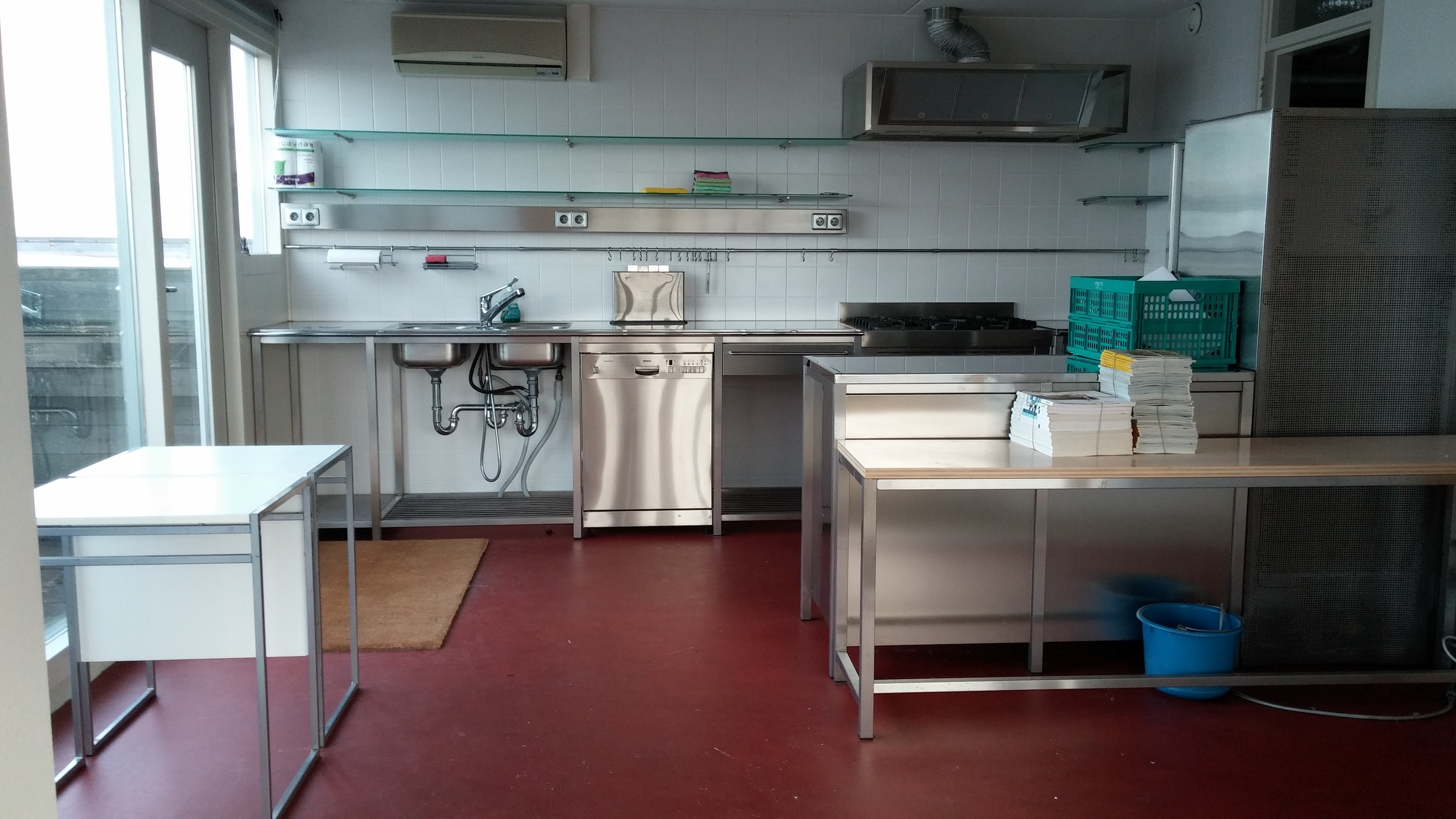 Kitchen in the apartment I'll be moving to. It has an oven and a dishwasher!