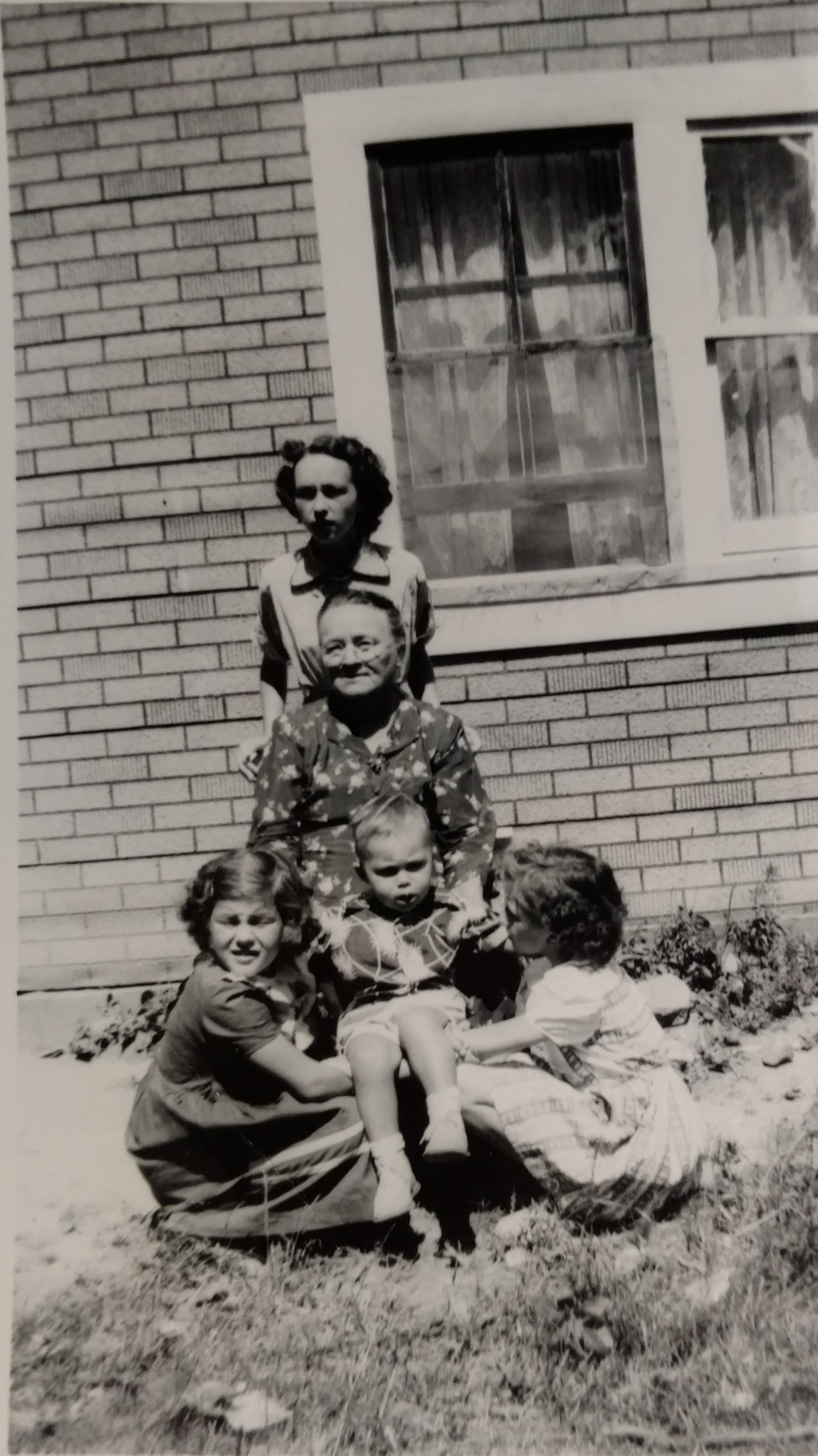 Janavee, her mother Emma Stepp, nieces Roberta and Janiene holding her son Sheldon