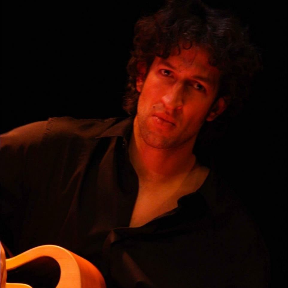 - Felix Hildenbrand, afkomstig uit Freiburg/ Breisgau, kwam in 2000 naar Nederland om de bachelor studie 'lichte muziek' (Conservatorium van Amsterdam) te volgen. Sindsdien blijft hij de uitdaging zoeken om zich steeds nieuwe muziekstijlen en instrumenten (basgitaar, contrabas, cello, percussie) eigen te maken: met Fado diva Maria de Fátima staat hij in de Nederlandse en Belgische theaters, met het Braziliaanse kwartet Gosto Delicado bespeelt hij festivals in Duitsland, Nederland en Frankrijk, in zijn experimentele jazzformatie earswideopen werkt hij samen met topmusici als Yuri Honing, Eric Vloeimans, Anton Goudsmit,... verder begeleidt hij uiteenlopende artiesten in de genres kleinkunst, chanson, singer-songwriter.Felix is in de Bühnenbiest productie Een stukje nu, Amsterdam, stad uit mijn verhalen,DO NOT TEMPT MEte zien/horen.