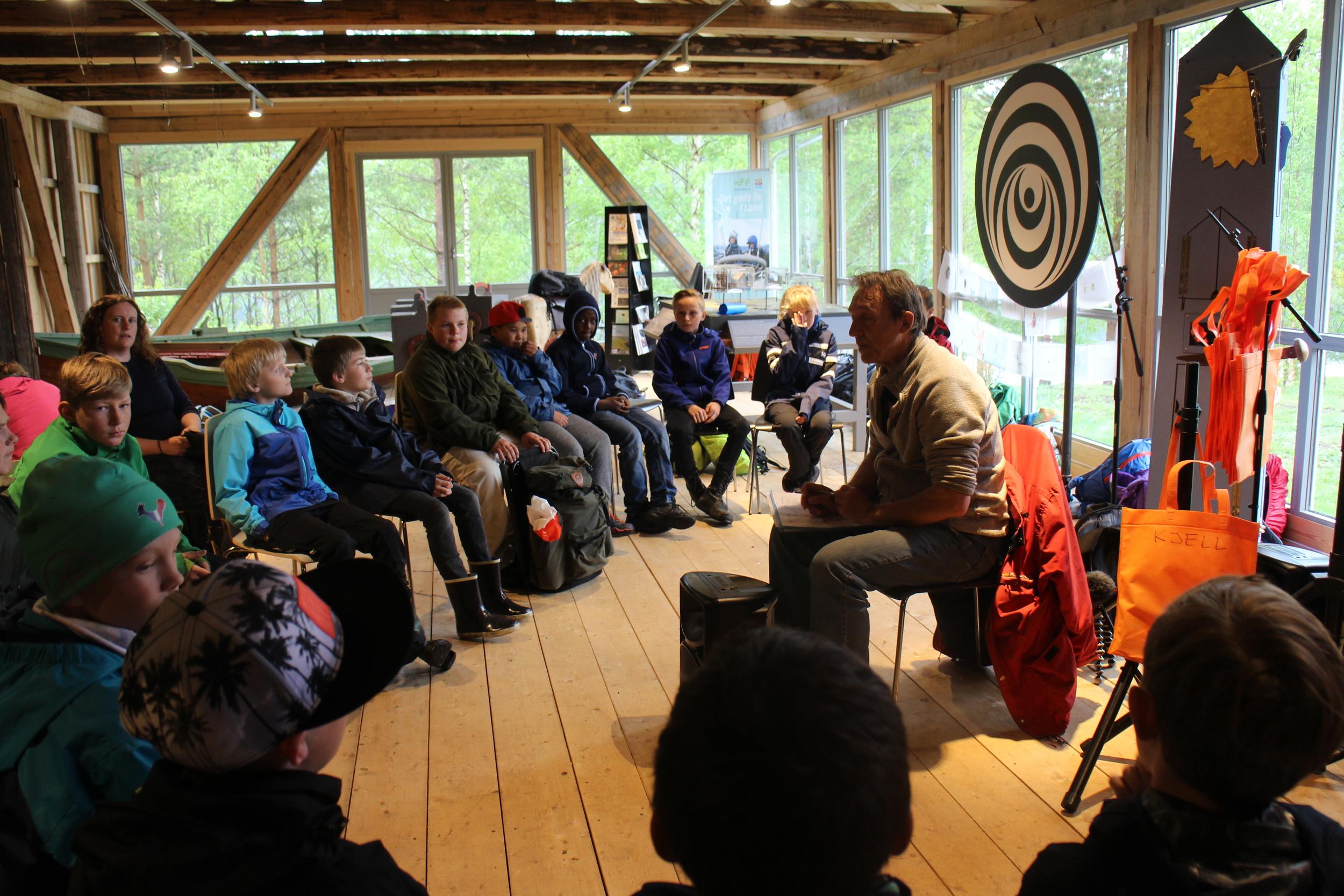 Sammen med alle de andre 5. trinnselevene i kommunen deltar vi på felles kulturprosjekt på Naturhuset i Odnes.
