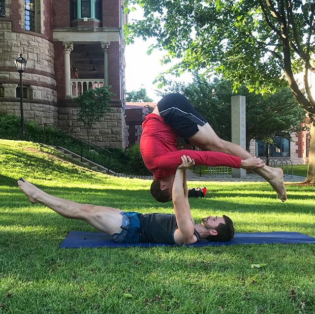 @dpaasche is showing off some flyer skills in this triangle balance #brownaerialarts #partneracro