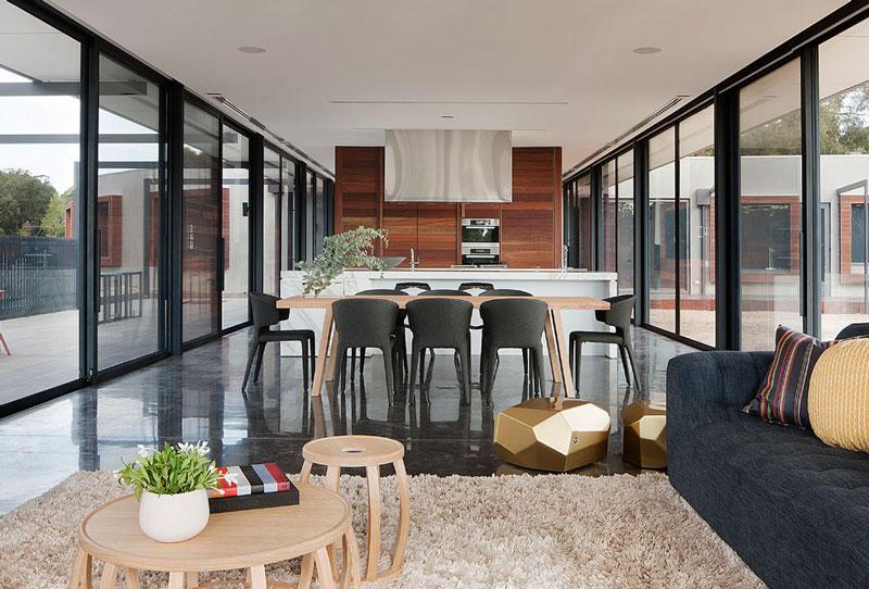 rachcoff-vella-architecture-warms-up-modern-homes-australia-wood-details-4-dining.jpg