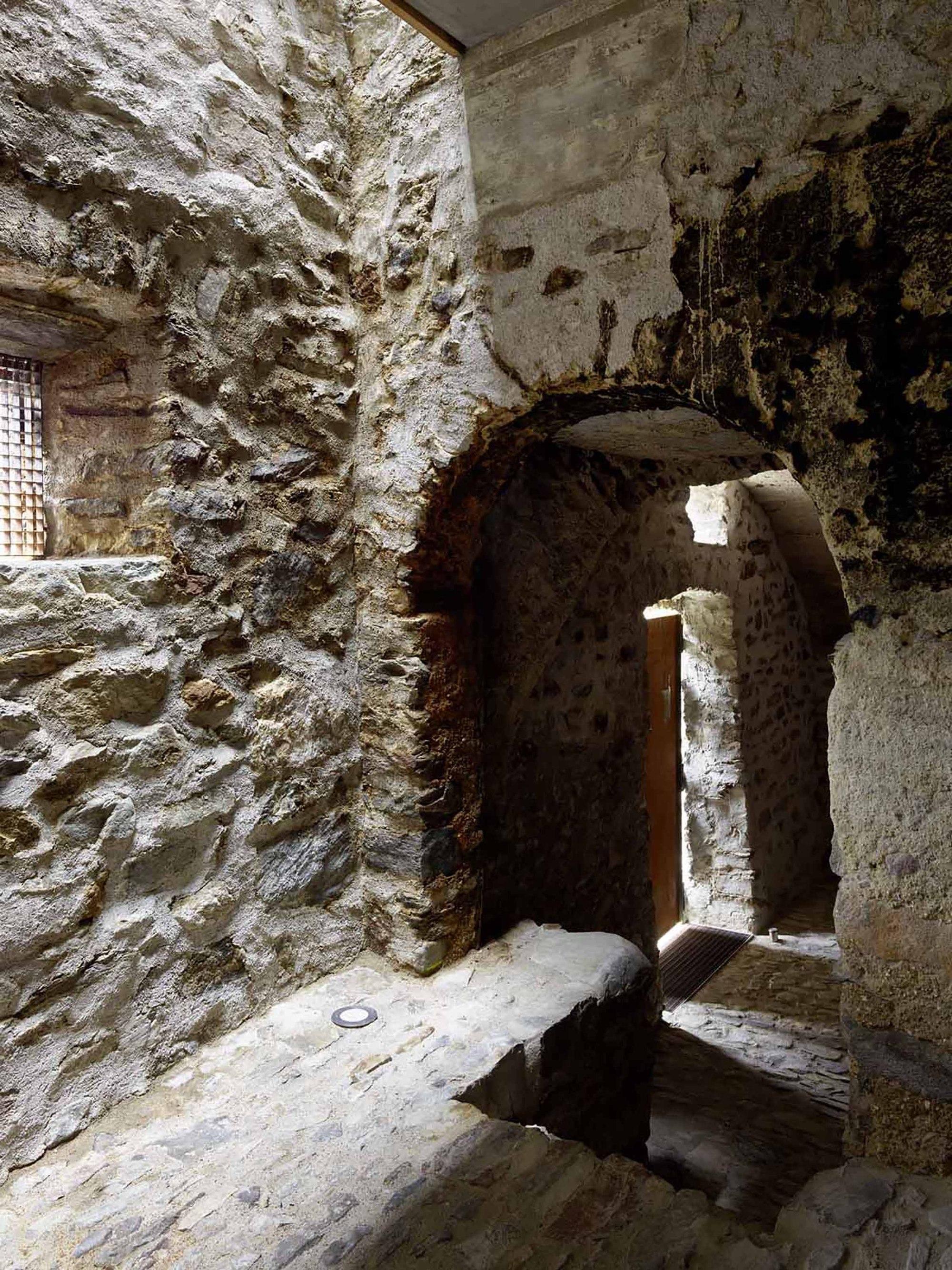 543dd698c07a80762d000255_stone-house-transformation-in-scaiano-wespi-de-meuron-romeo-architects_1430_cf031781r.jpg