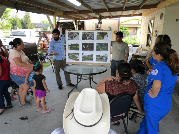 [bc]'s Hugo Colón discusses stormwater drainage plans with a colonia community.
