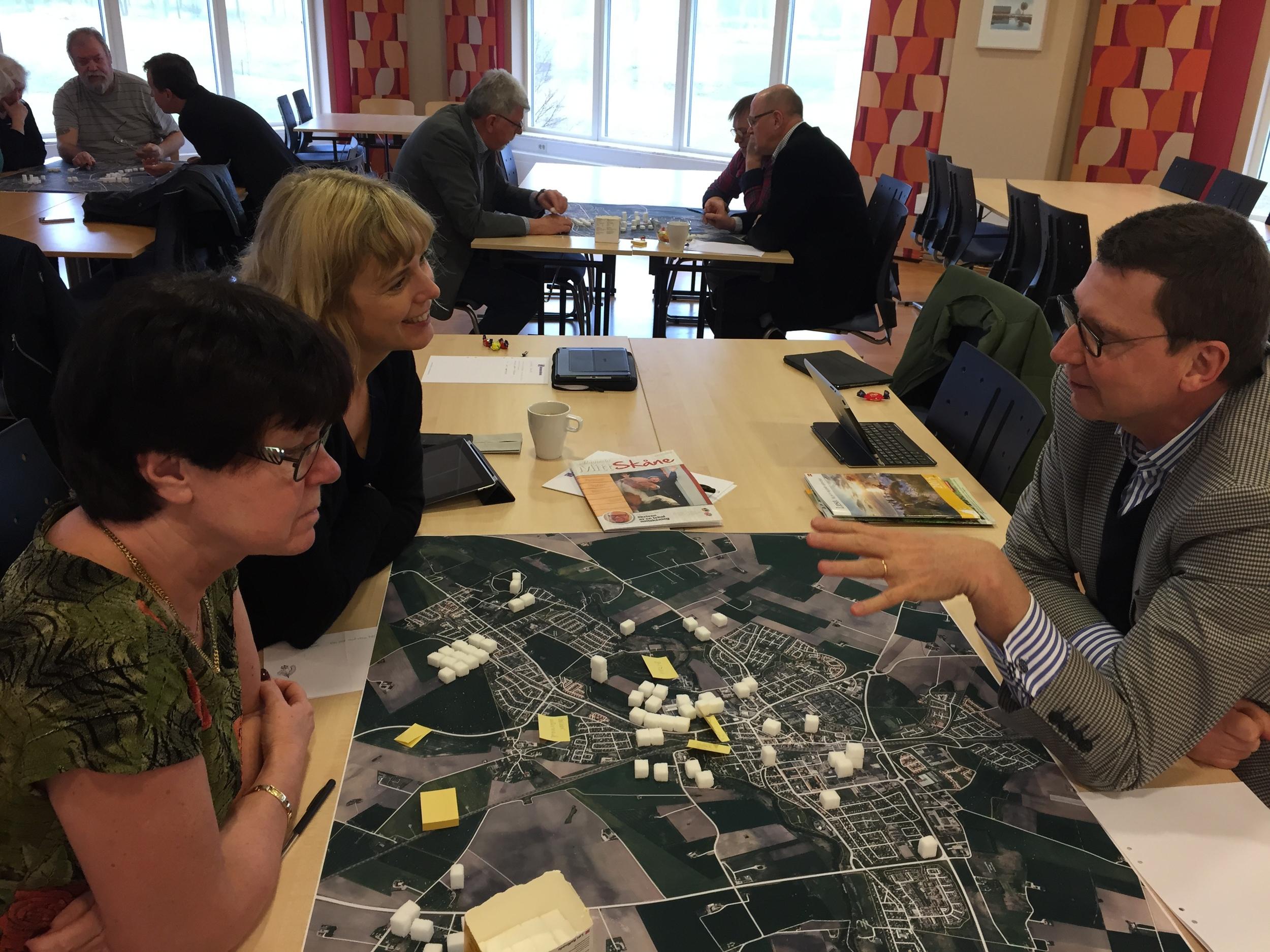 På uppdrag av Kävlinge kommun, strategiska avdelningen, genomförde Stadsliv AB en workshop kringKävlinges utveckling,framtidsbilder och strategier. Kommunstyrelse och tjänstemän utarbetade ett antal olika framtidsbilder, presenterade framgångs- och undergångs-scenarier (!) samt diskuterade åtgärdsplaner för att stärka kommunens erbjudande och hantera grönstruktur på ett värdeskapande sätt.