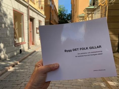 """Jag har givit ut en bilderbok om arkitektur och stadsplanering som heter """"Bygg det folk gillar"""" på Svensk Byggtjänst förlag. Du kan köpa den direkt av mig för 350 kr ink moms. Ska jag skicka den i brev tillkommer 75 kr i porto. Du kan Swischa mig på 0733949090. Eller skicka ett mail: jerker.soderlind@stadslivab.se.  Nedan kommer en recension och några sidor ur boken."""