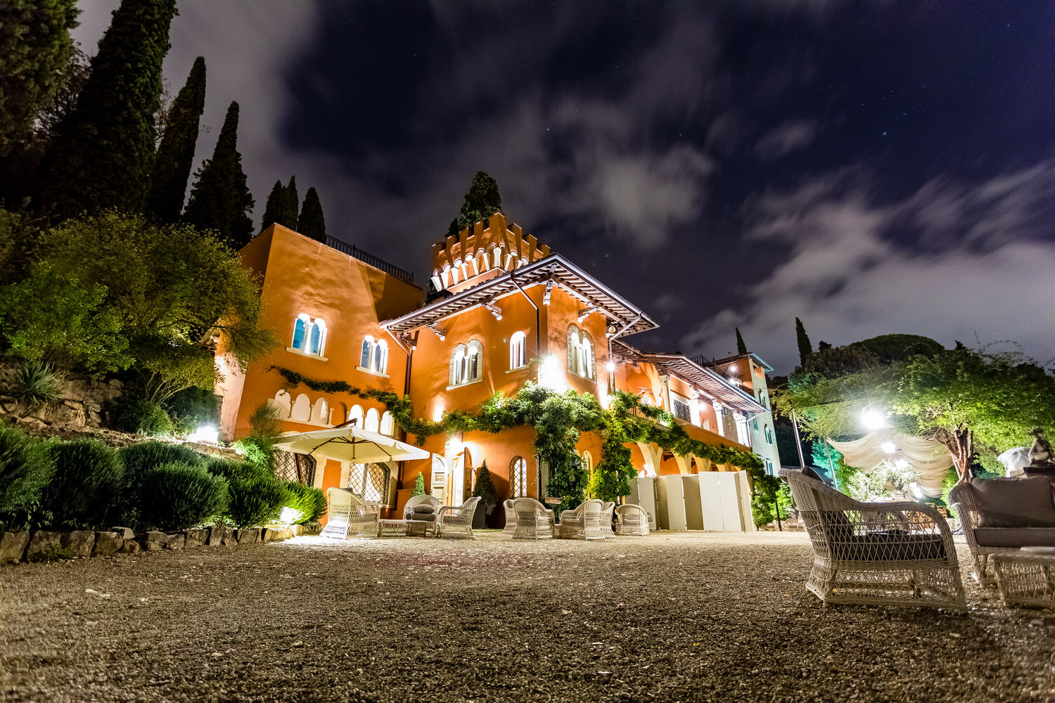 villa le fontanelle in florence at night