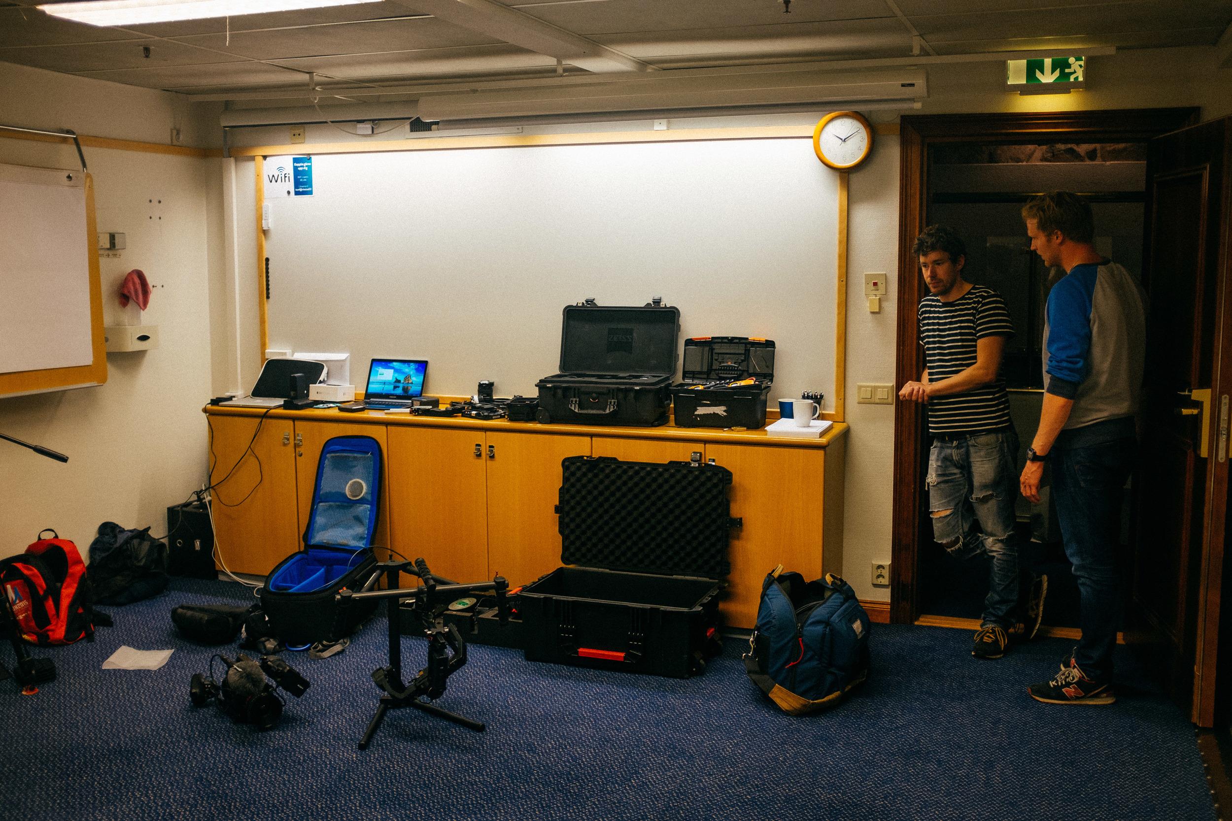 Teknikrummet under inspelningen. Rigg av kameror, kopiering och backup av filmat material. Jocke och Martin efter en lång inspelningsdag.
