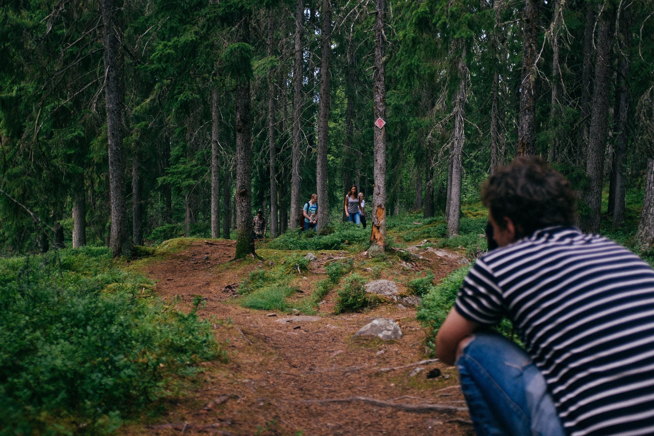 Gänget på utflykt upp för Digerberget. Också en bortklippt scen. Inte för att den blev dålig, på 20 sekunder hinnar man bara visa ett visst antal bilder. Av dem valde vi att bara ta med en utflyktsbild.