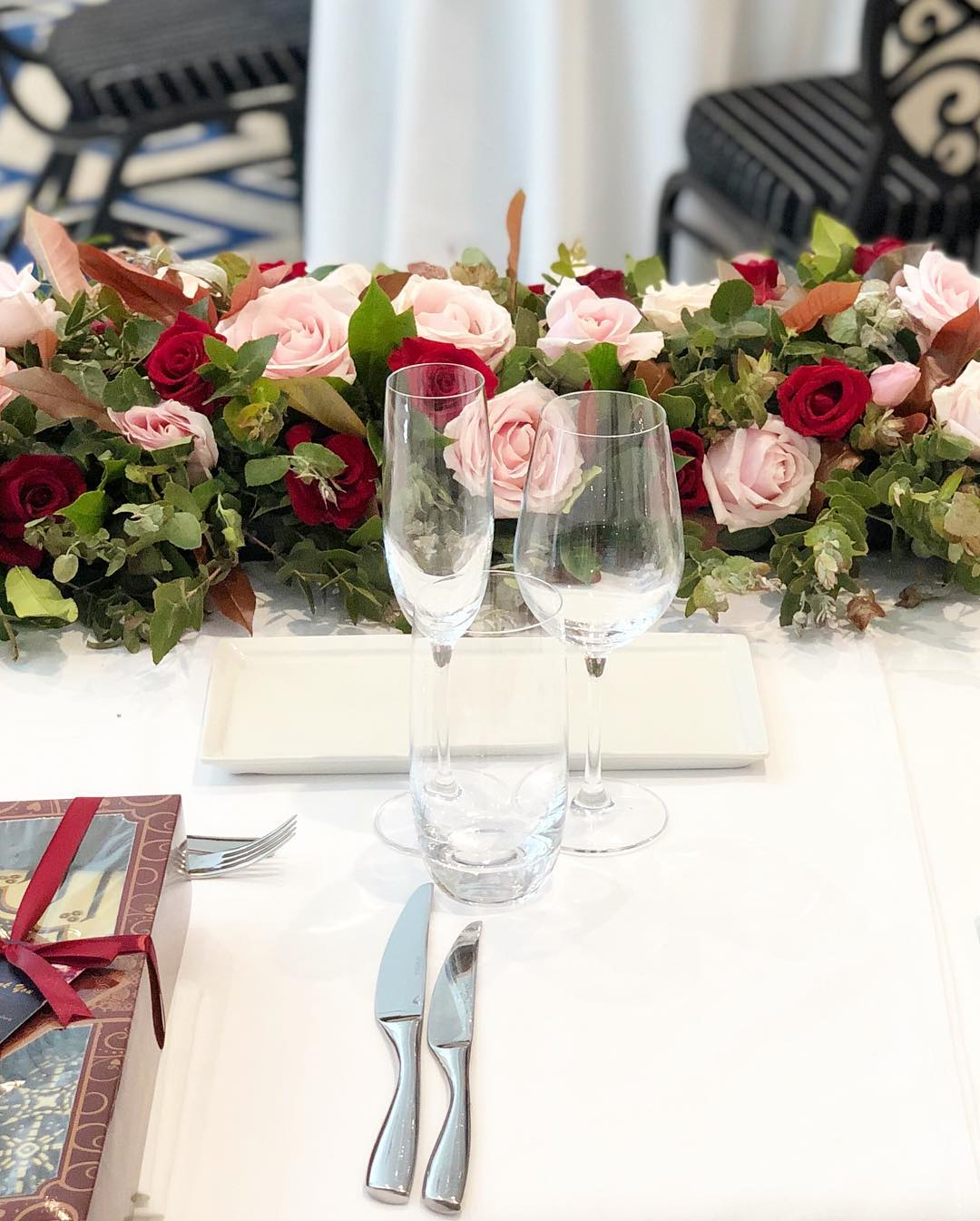 bridal table hedge red, pink, green.jpg