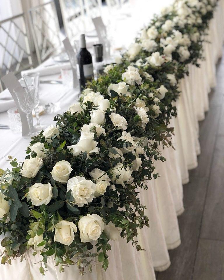 Bridal table hedge white & green.jpg
