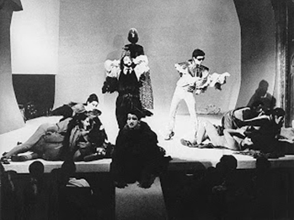 Photograph of a performance of  Roda Viva , 1968