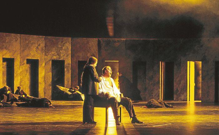 Lilli Paasikivi (Cordelia) & Matti Salminen (Lear) From Kari Heiskanen 's production of Kuningas Lear , by Aulis Sallinen