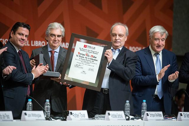Enrigue Vila-Matas receiving the 2015 FIL Literary Award. © Cortesía FIL Guadalajara/ Natalia Fregoso 2