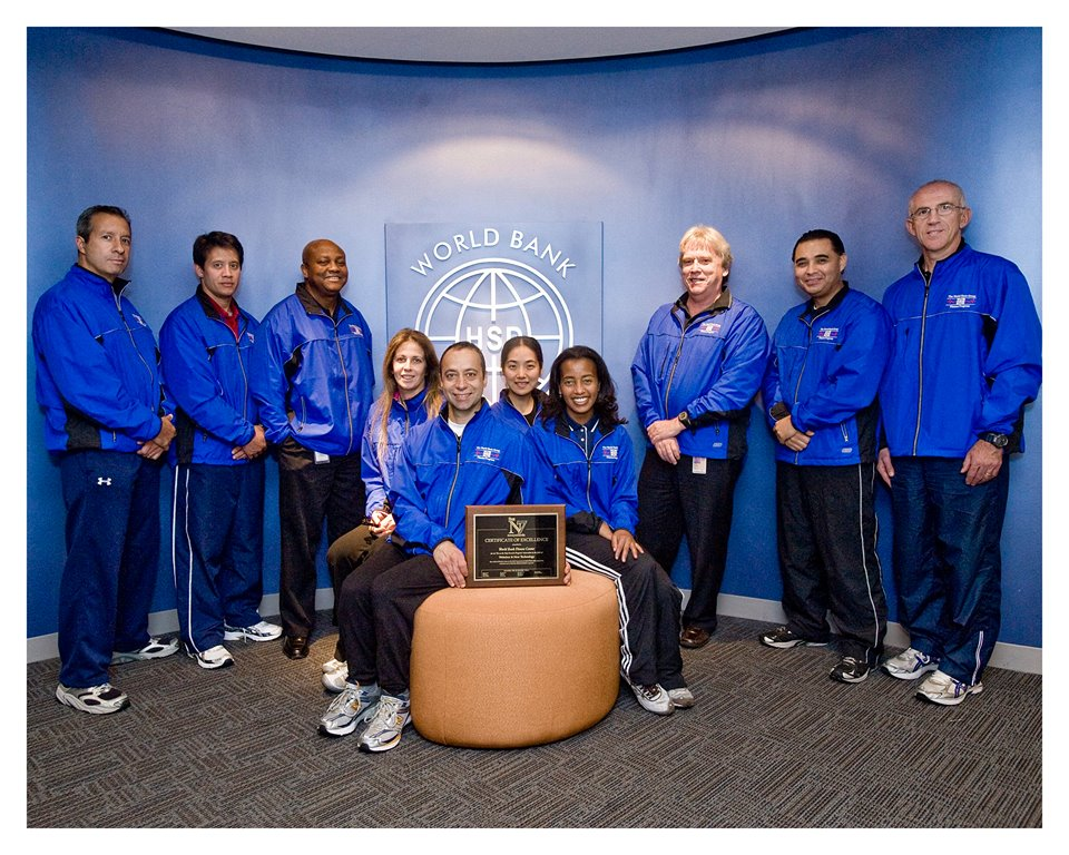 """WORLD BANK fITNESS sTAFF IN 2009 WITH fITNESS mANAGEMENT Magazine AWARD FOR """"fIT ON THE TRIP tRAVEL pROGRAM"""""""