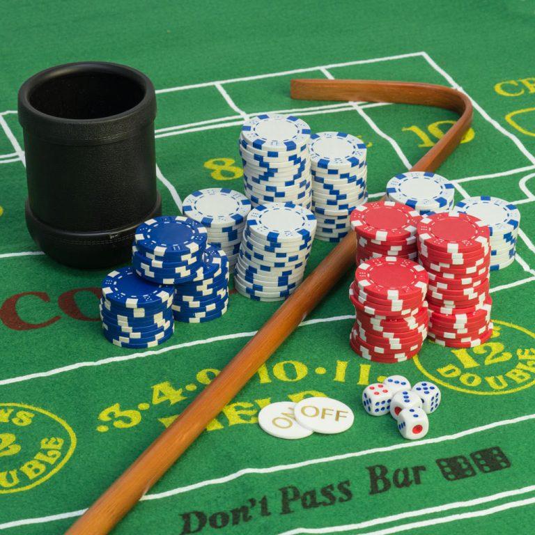 """Il croupier Banca Centrale che tira via le chips rimanenti sul tavolo con il bastone chiamato """"Innalzamento tassi"""""""