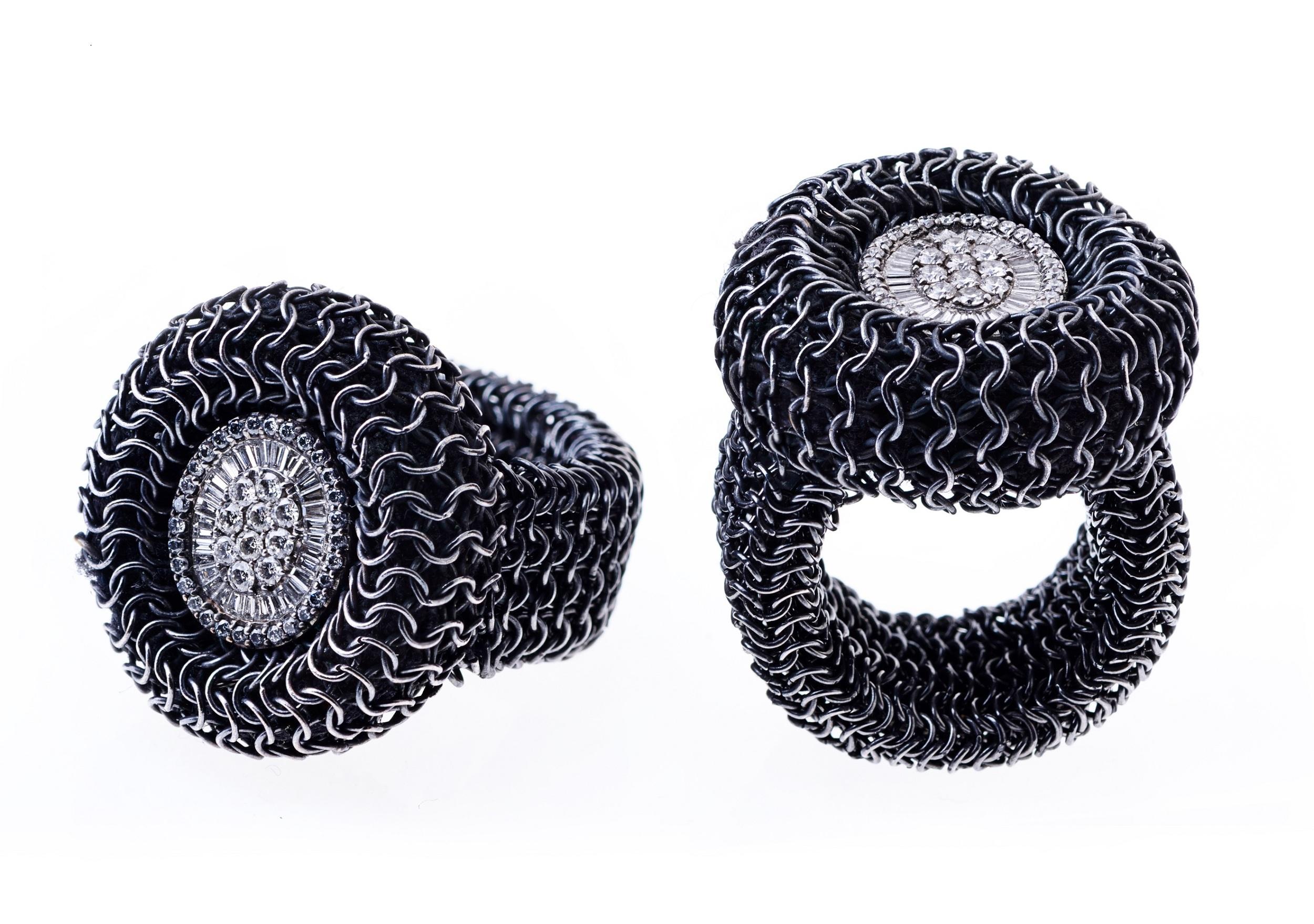 HEDY MARTINELLI - Coppia di anelli in rete d'argento brunito con brillanti.jpg