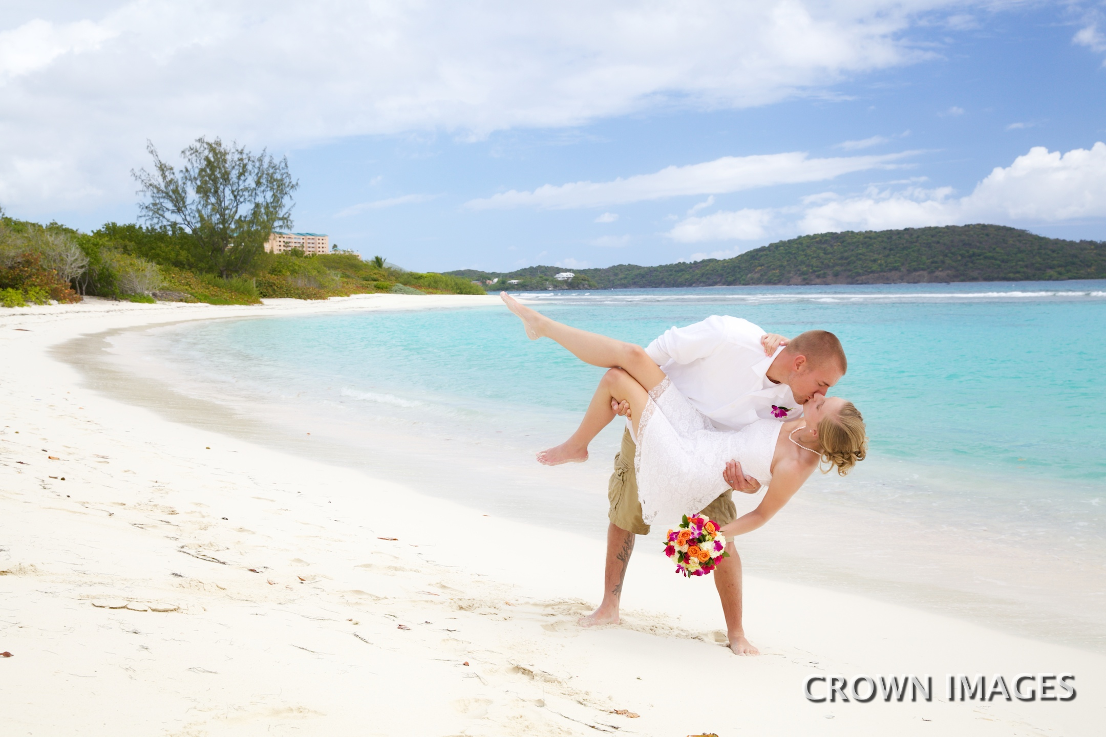 wedding photos on lindquist beach by crown images