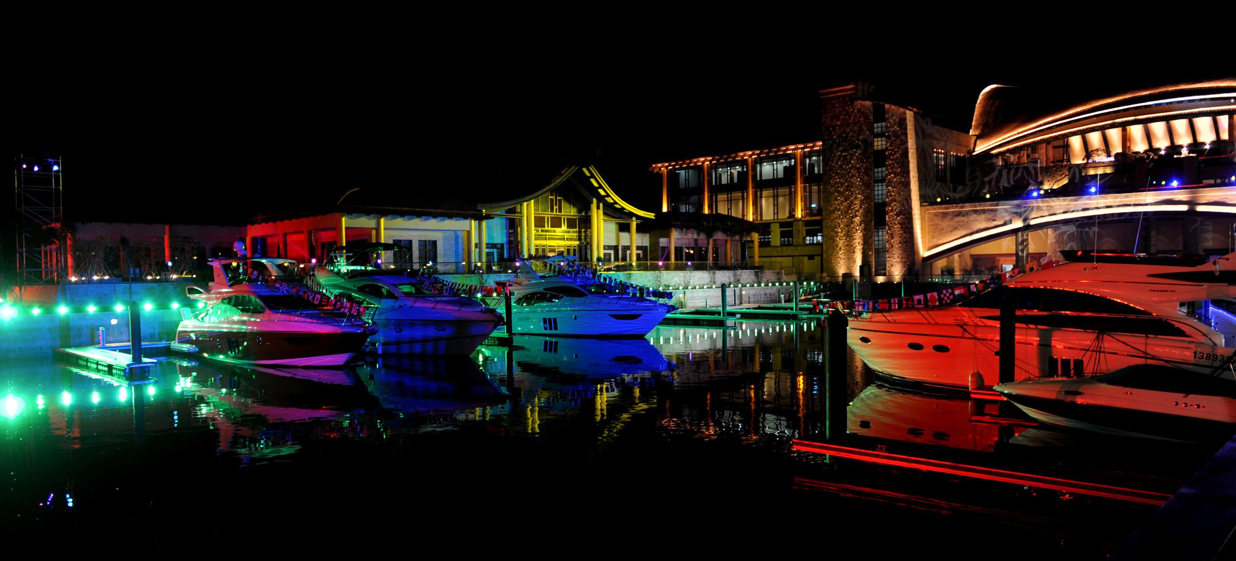 """11月29日晚,""""游艇派对""""在三亚亚龙湾举行,在焰火和灯光的衬托下,一艘艘游艇多姿多彩.jpg"""