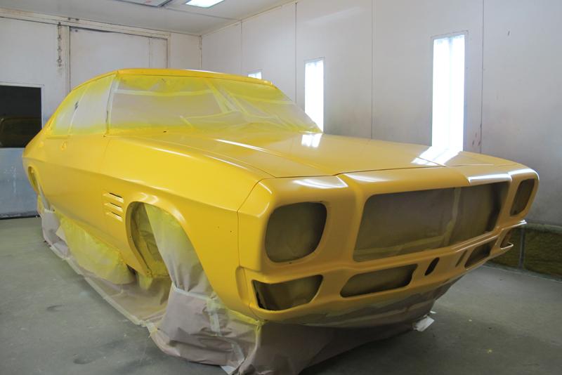 Holden HQ Sedan yellow with GTS stripes (58).jpg