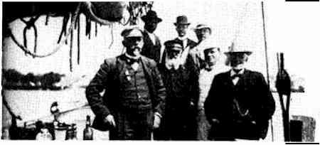 Birkedommer H. H. Hvass forrest tv. I midten med hvidt skæg havnefoged Nielsen på dommerbåden ca. 1914 (bemærk vækkeuret).