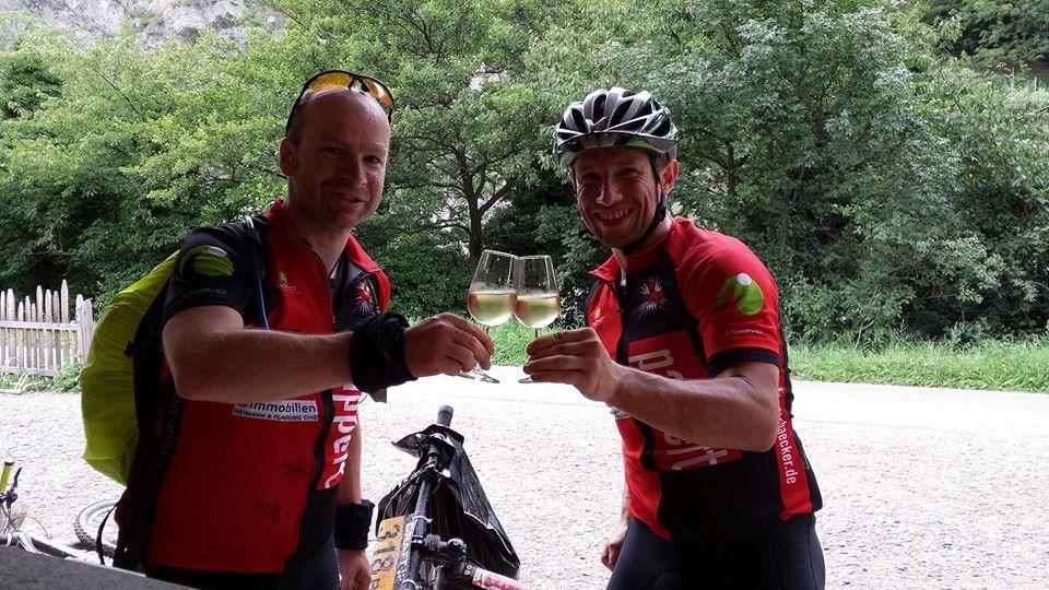 Ein Gläschen in Ehren... Marcus Hahnke (links) und Torsten Leitschuh.