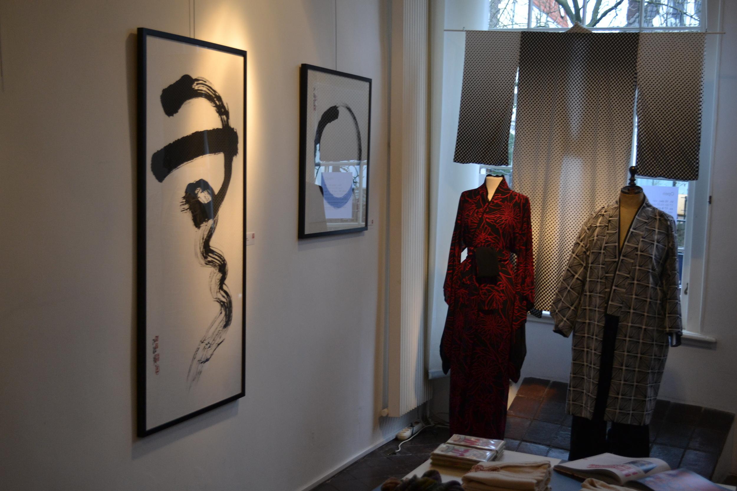 Tentoonstelling 2011 werken en kimonos.JPG