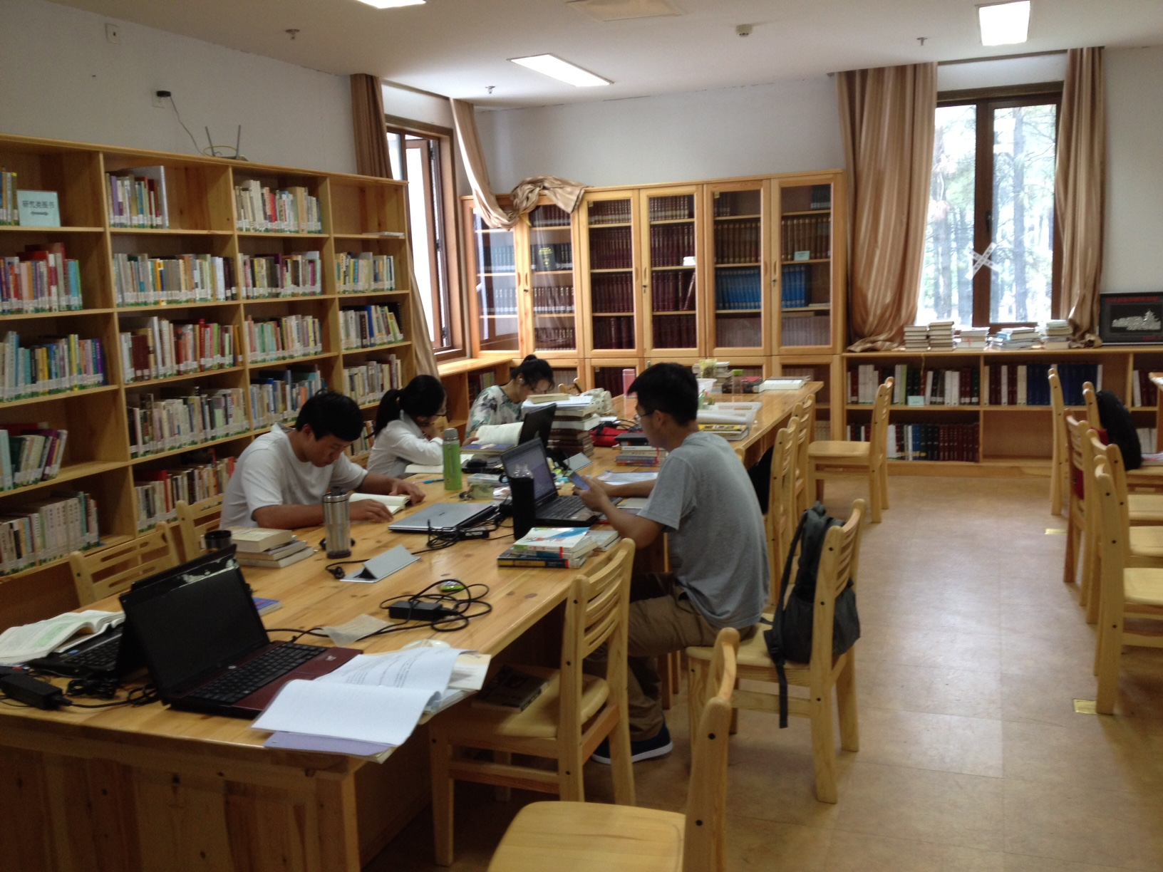Students studying in the library of the Nanjing Union Theological Seminary