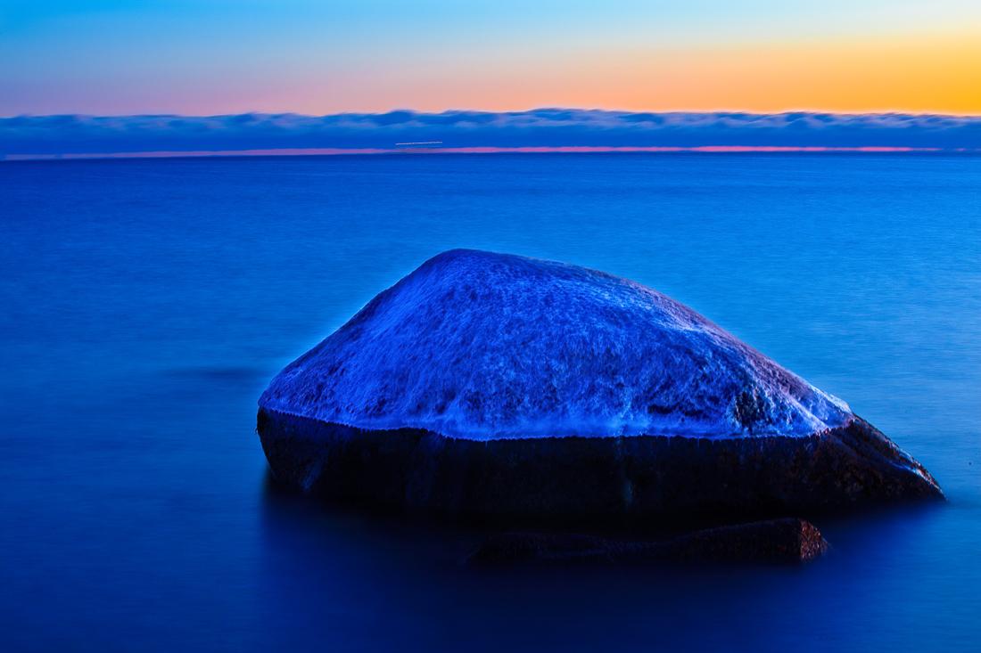 """Vinterfrost langs Vestfoldkysten. De hundre millioner år gamle steinene langs rullesteinstranden på Mølen har tatt på seg """"vinterluen""""."""
