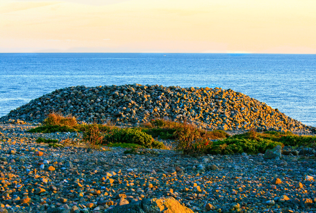 Mølen - et hav av stein. Mølen, landtungen vest for Nevlunghavn er et imponerende sku der den ligger som et hundrevis av kvadratmeter stort steingulv. Isbreen fra siste istid skjøv kolossale mengder grus og stein foran seg og la det igjen som en morenerygg gjennom hele Vestfold.