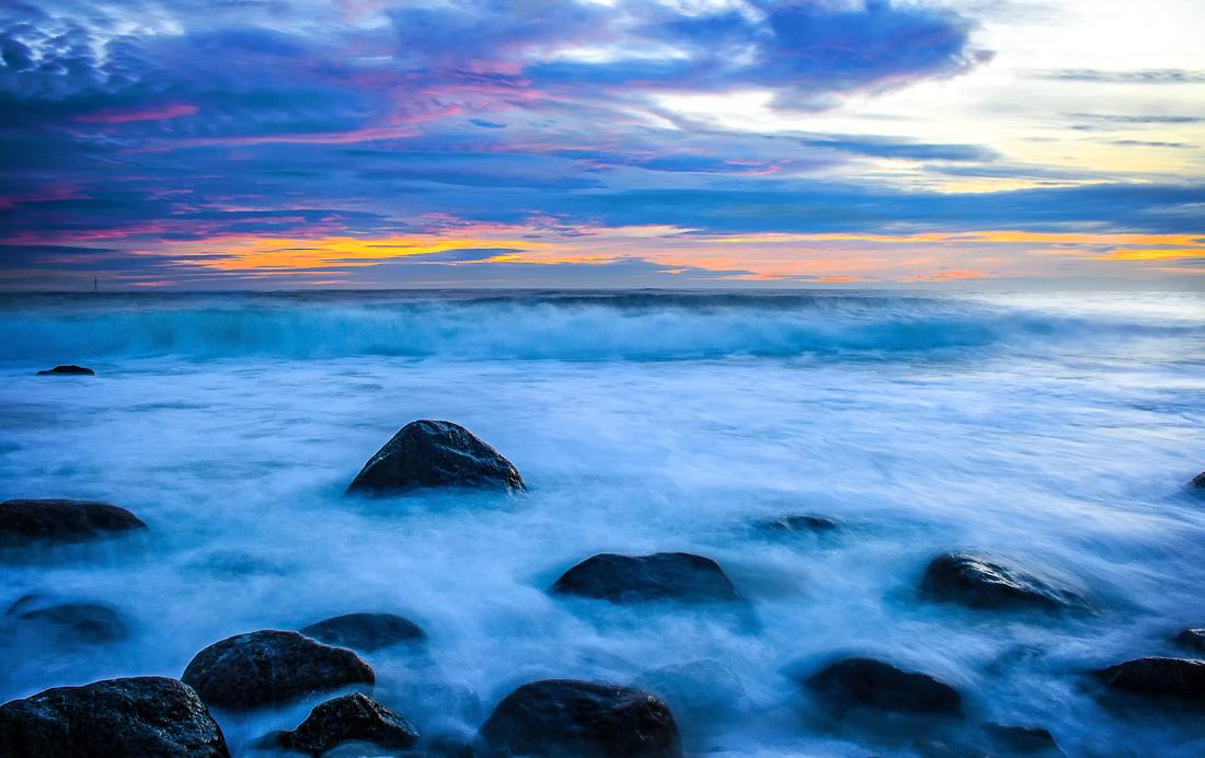 Her ute på Mølen synker raet i havet og møte med de ustanselige dønningene fra Skagerrak, har polert det store rullesteinsgulvet i årtusener.