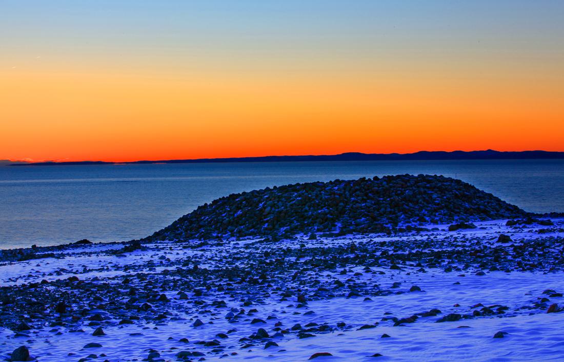 Mølen – Et av Norges flotteste gravfelt.  Mølen er et unikt natur- og kulturhistorisk område. En av attraksjonene på Mølen er det enestående gravfeltet. Alle røysene, små og store, og området mellom dem er fredet.