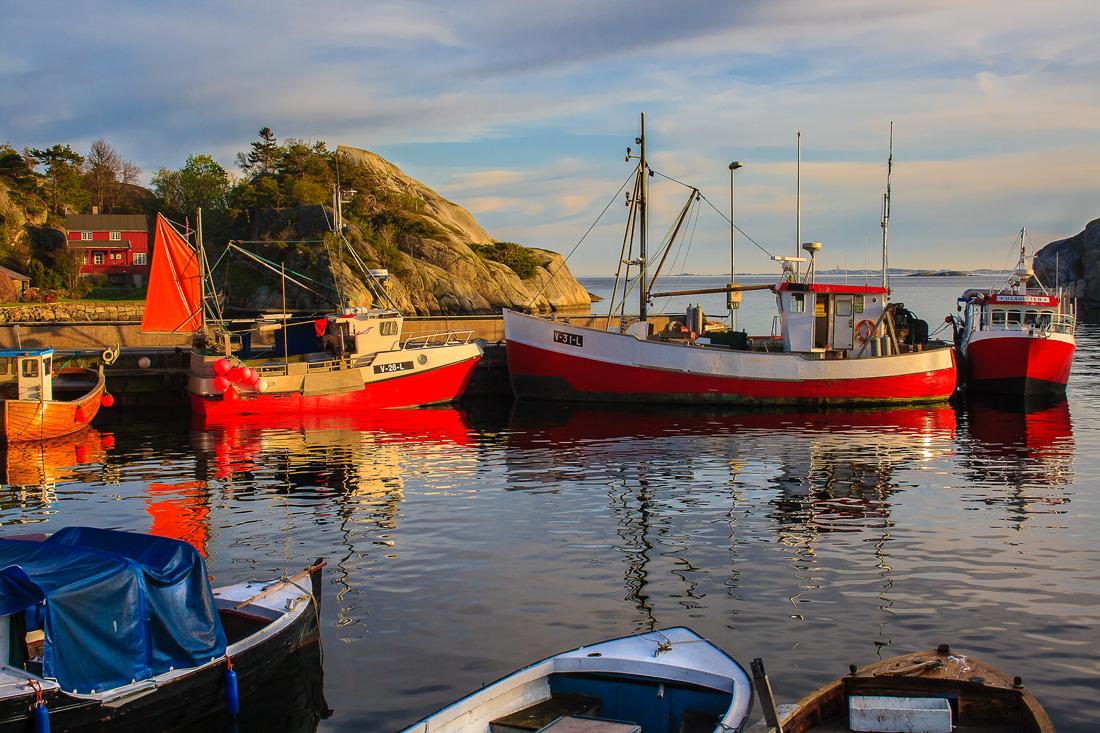 Rolig vårkveld i Ula. Det er en av de første kveldene i mai og fortsatt lenge til sommergjestene skal myldre i Ulas havneområde. Fiskebåtene vugger hvilende før de ved neste dags gry skal bli med sin skipper ut i Skagerrak.