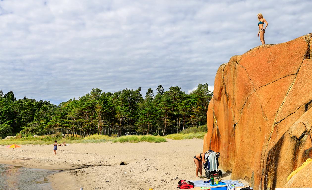 De fargesterke svabergkollene ved sandstrendene kan benyttes til så mangt - blant annet som utsiktsplass med Skagerrak som panorama, eller bare som hode- og ryggstøtte til solplassen.  Klikk på bildet for å forstørre.