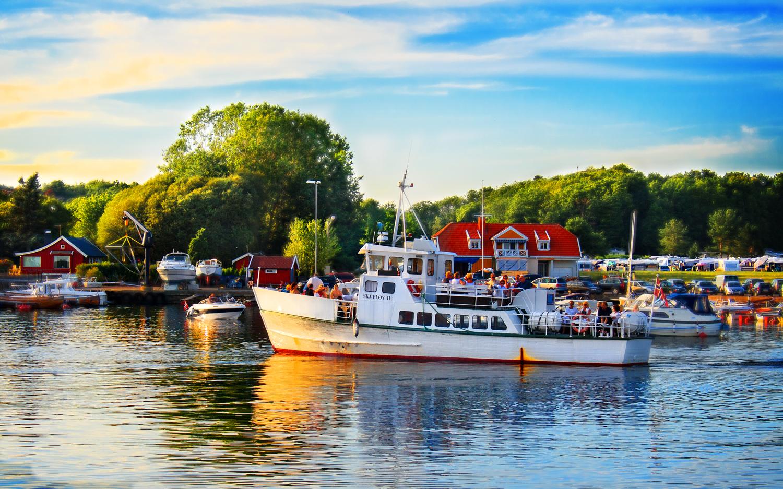 """""""Skjæløy II"""" seilende ut av havna i Helgeroa med forventningsfulle turister og feriegjester på nok en tur til det flotte øyriket ute i fjorden, og til Langsund på fastlandet på Telemark-siden av fjorden."""