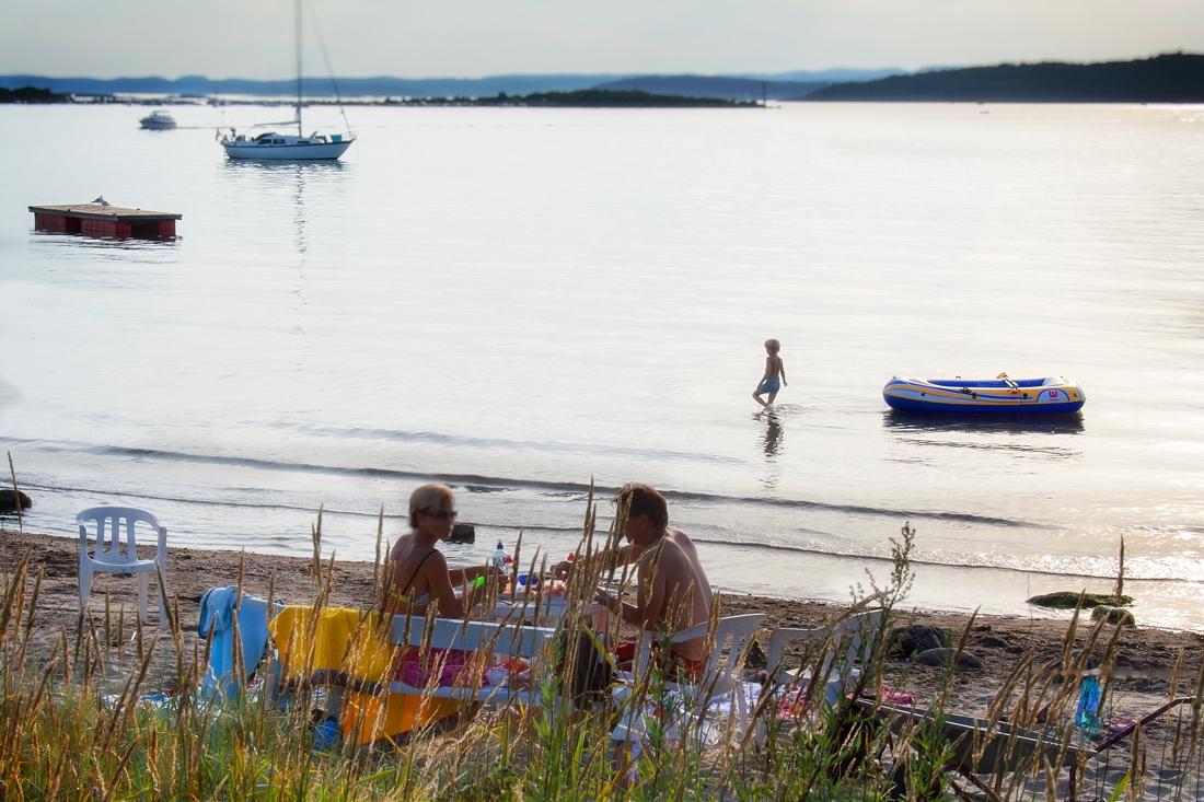 Piknik på stranden med reker, loff og majones, og livet går sin sedvanlige gang i Helgeroa.