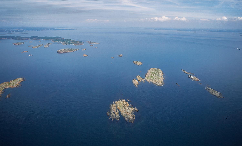 Færder Nasjonalpark strekker seg fra Færder fyr i syd og opp til og med Bolærne i nord. På bildet sees Fulehuk fur nede til høyre og de tre Bolærne-øyene øverst til venstre.